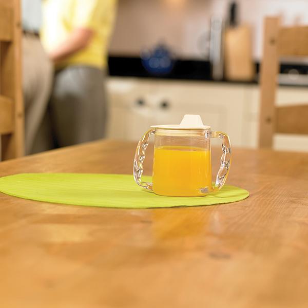 zweih ndiger trinkbecher mit deckel essen und trinken. Black Bedroom Furniture Sets. Home Design Ideas